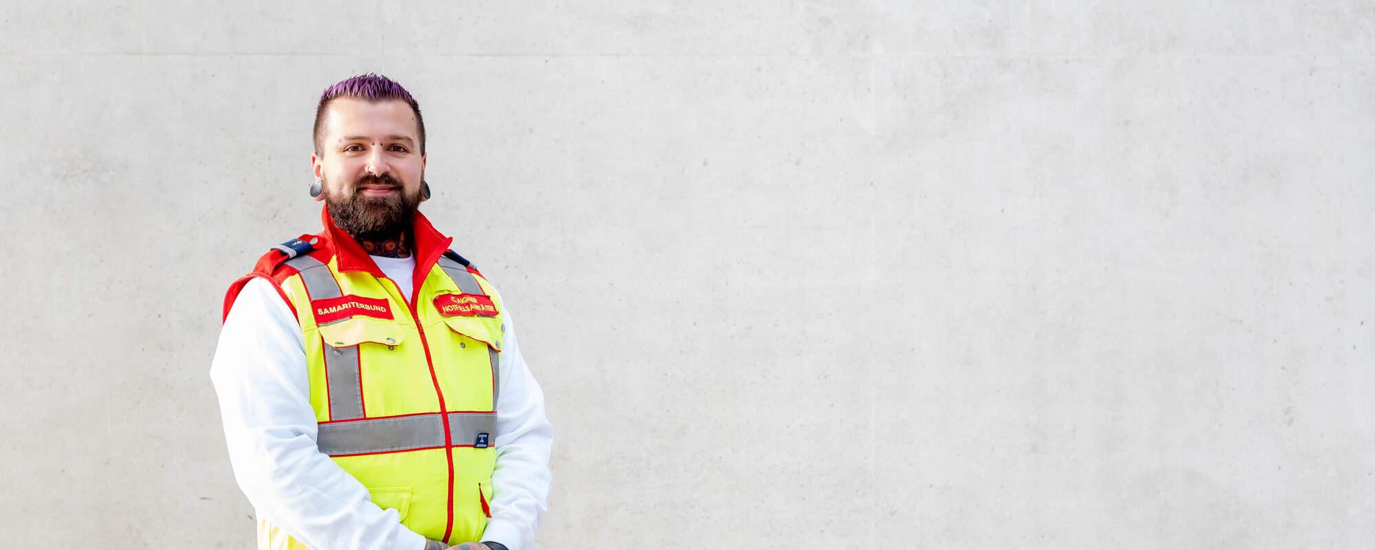 """""""Als Notfallsanitäter helfen – diese Tätigkeit macht mir Spaß, weil ich für Menschen da sein kann und mir der Zusammenhalt von uns Freiwilligen gefällt!""""  Christoph, 30 Jahre"""