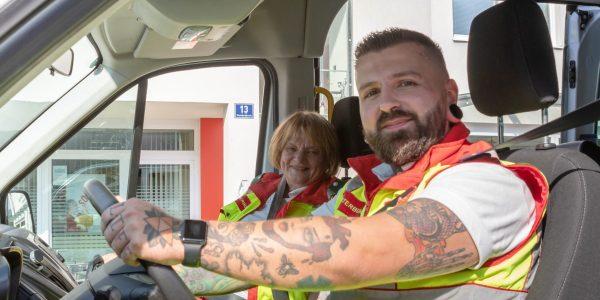 Freiwillige des Samariterbundes sitzen beim Einsatz im Auto
